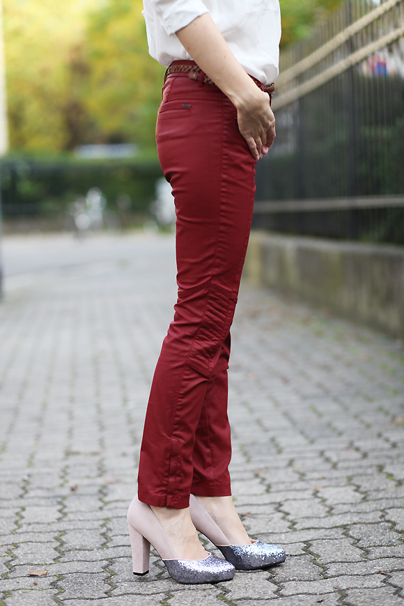 pantalon enduit rouge Glitter en semaine