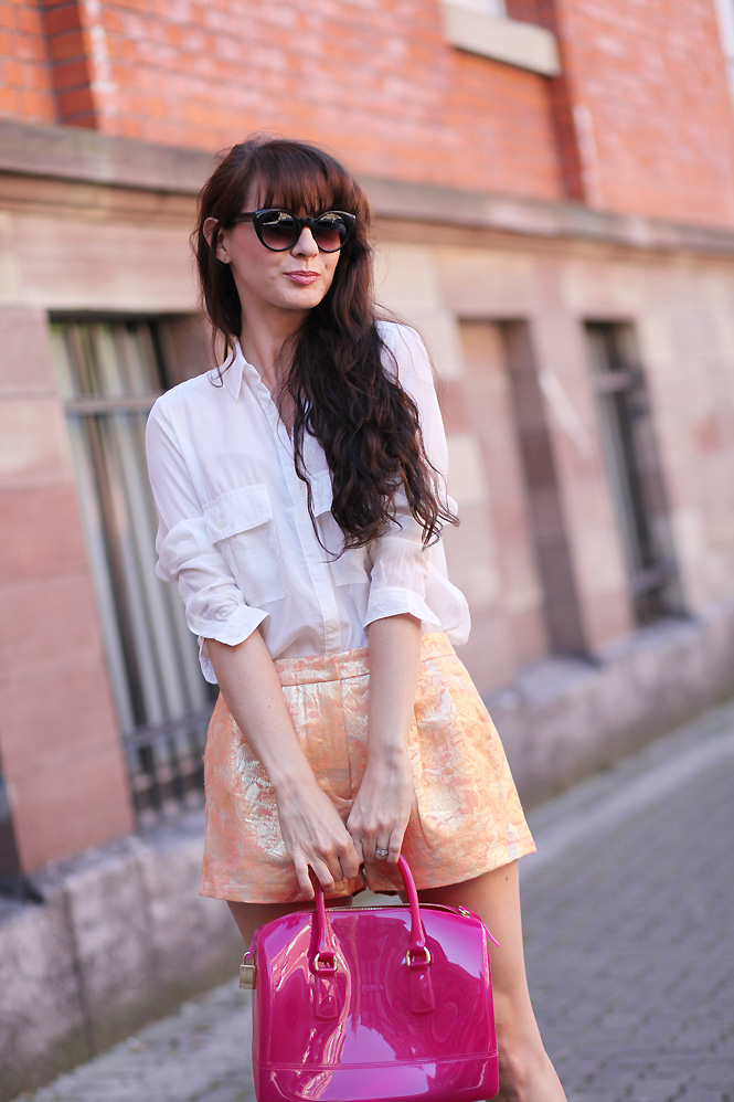 short look dore Gold short and white shirt